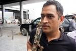 कोलकाता के एयरपोर्ट पर परेशान हुए धोनी, सामान उठाकर ले गया कोई दूसरा शख्स