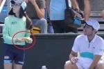 टेनिस खिलाड़ी ने बाॅल गर्ल से कहा- केले का छिलका तो उतारना, मचा बवाल
