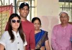 कौन हैं धोनी के माता-पिता देवकी देवी और पान सिंह, जानिए माही के पूरे परिवार की जानकारी