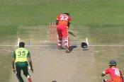 OMG : खतरनाक बाउंसर से हुए हेलमेट के दो टुकड़े, डर गए सभी पाकिस्तानी खिलाड़ी