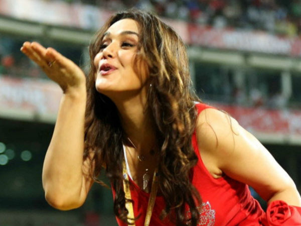 IPL 8: Preity Zinta owner of Kings XI Punjab gives flying kiss to her Fans