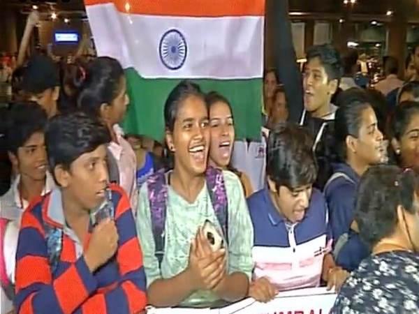 Indian Women S Cricket Team Arrives In Delhi Welcomed Fans