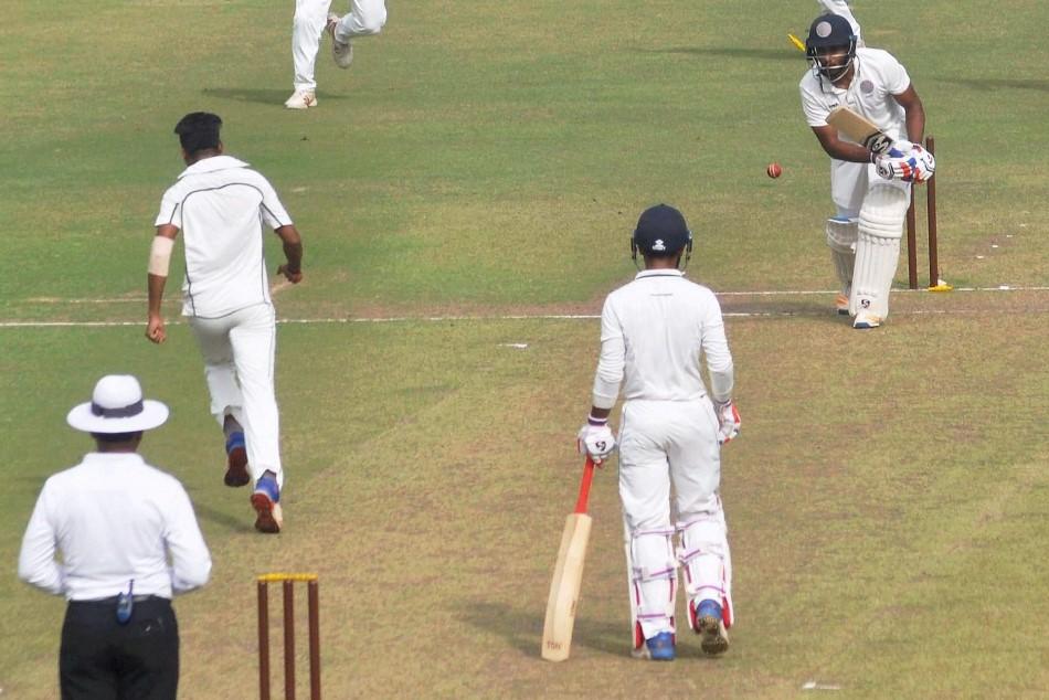 VIDEO: बॉलिंग करते वक्त क्रिकेटर को पड़ा दिल का दौरा, मैदान पर ही मौत