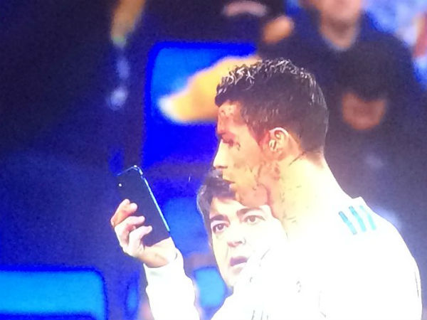Twitterati Trolls Cristiano Ronaldo Using Physios Phone To Assess Injury