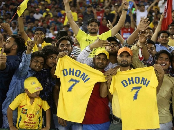 crowd cheering for msd against kxip