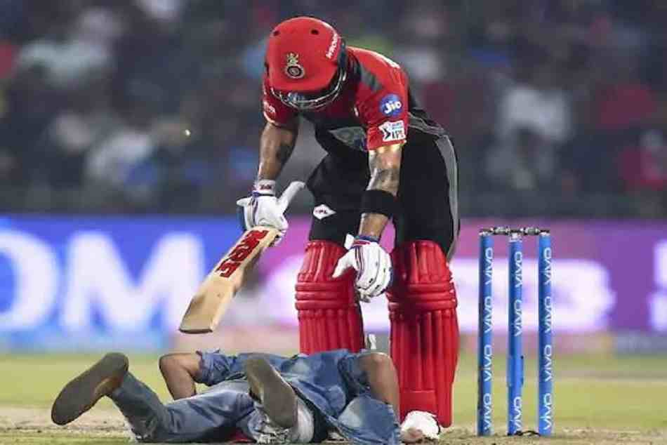 IPL 2018: Fan touches Virat Kohli feet mid match and takes selfie as well.