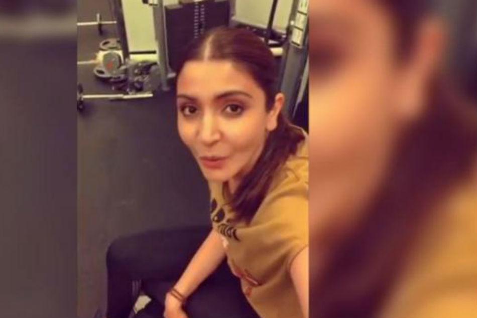Video Anushka Sharma Accepts Virat Kohli S Fitness Challenge Lifts Weights