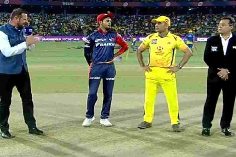 Ms Dhoni Couldn T Control His Laughter When Shreyas Iyer Flipped Coin For Toss
