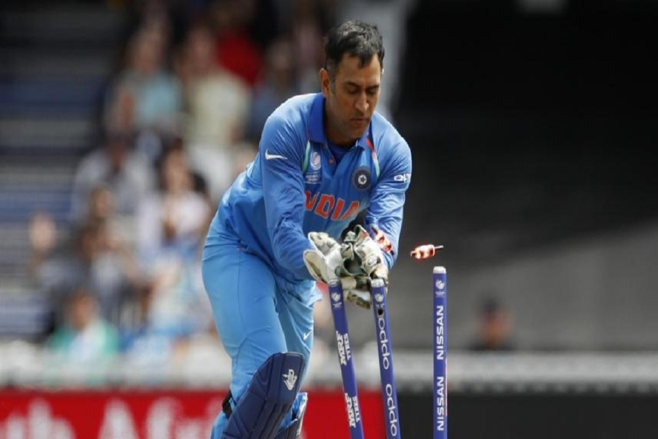 Mahendra Singh Dhoni Dismisses Peter Handscomb with lightning-quick stumping