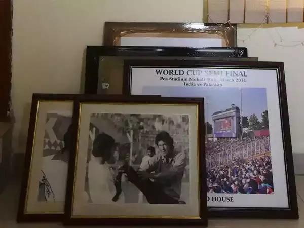 पाकिस्तान के प्रधानमंत्री की तस्वीर भी हटाई