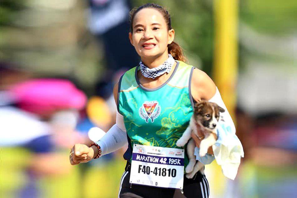 Thailand: Marathon competitor runs 19 miles carrying a PUPPY