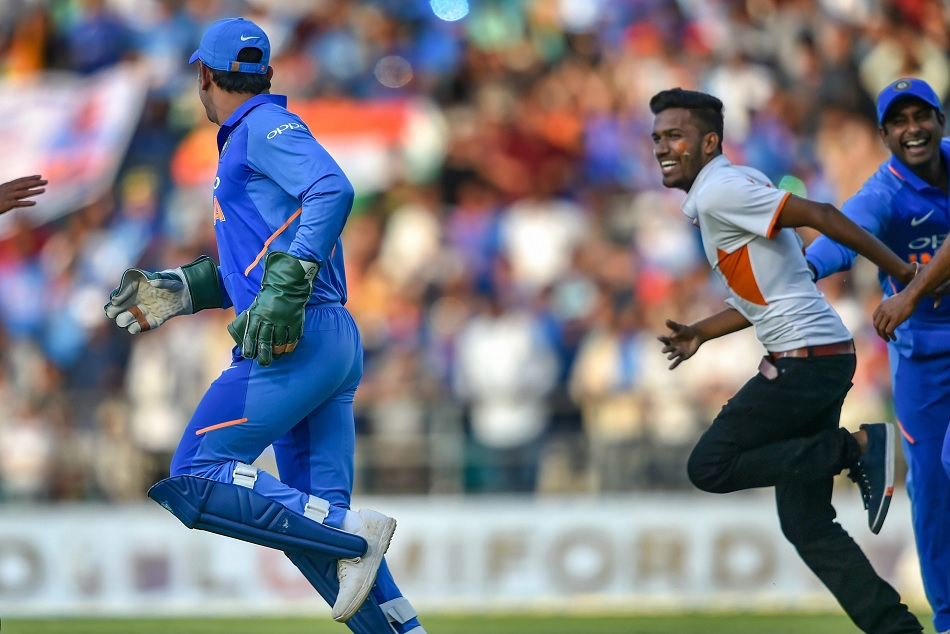 MS Dhoni Making fan Chase him is the one of the funniest thing you will see, Watch