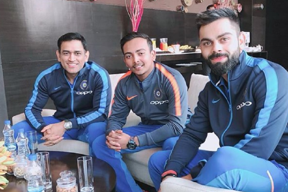 Prithvi Shaw poses with MS Dhoni and virat kohli and fans love it