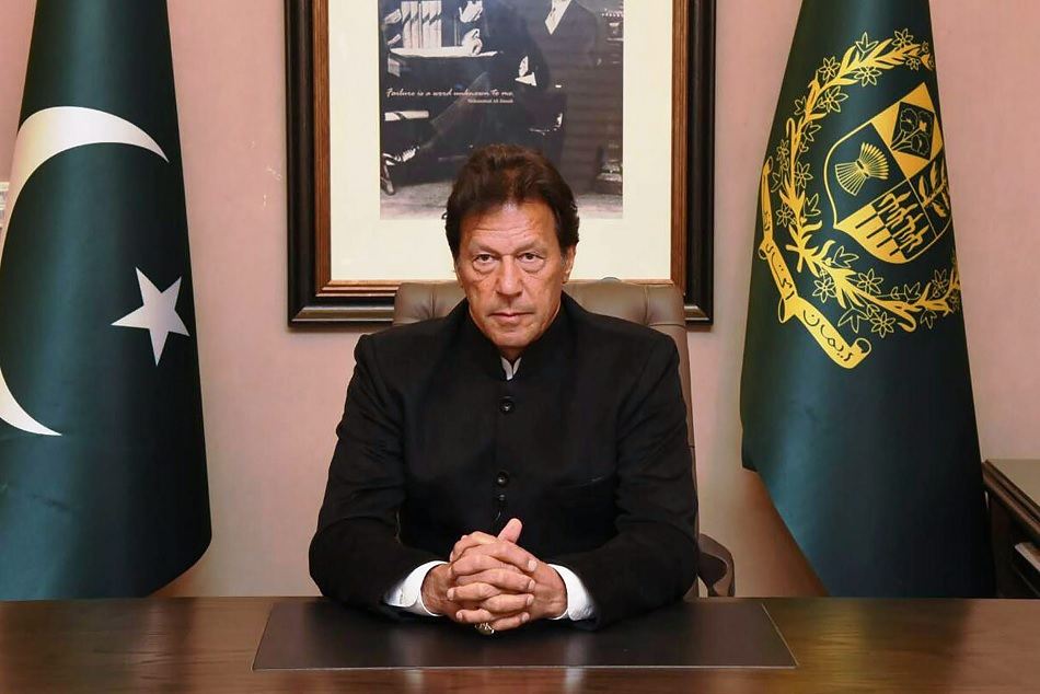 Pakistans PM Imran Khan motivates Pak cricket team to play with glory in World Cup 2019