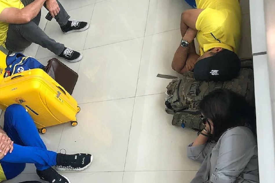 Ipl 2019 Ms Dhoni Shares Adorable Picture Of Napping On Floor With Wife Sakshi