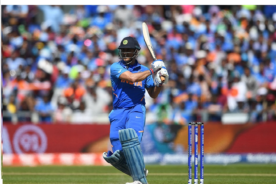 INDvsWI: MS Dhoni changed the bat in last ball and hit 79 meter long six