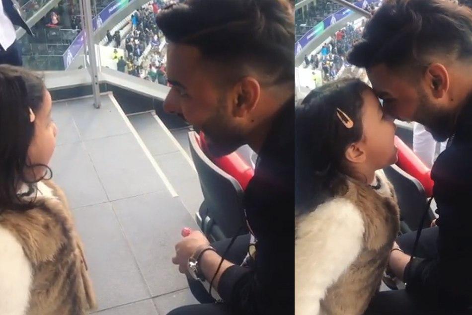 VIDEO: भारत-पाक मैच में जीवा धोनी संग मस्ती करते दिखे पंत