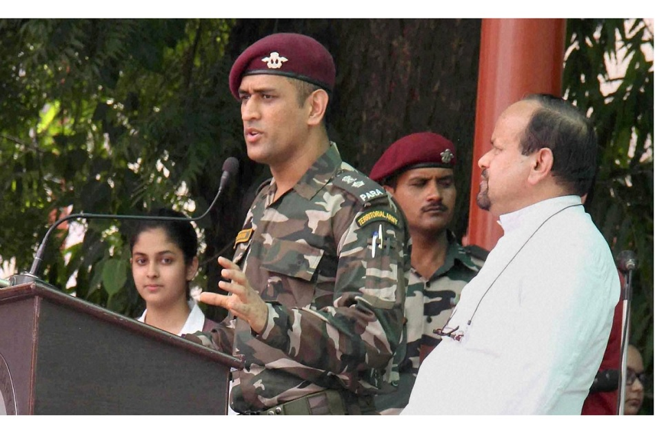 Why did Dhoni choose training with the territorial army instead of playing cricket