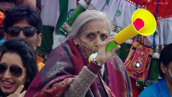 87 साल की फैन के लिए महिंद्रा ने खोला टीवी