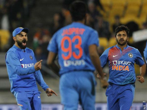 शार्दुल ठाकुर के ओवर में बदला मैच