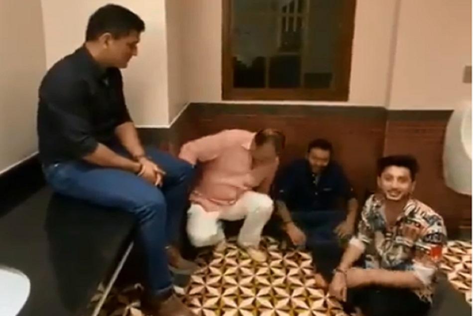 धोनी ने टाॅयलेट में सजाई महफिल, सिंगर ने नीचे बैठकर सुनाया गाना