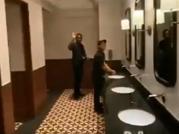 टाॅयलेट में लगा दी संगीत की महफिल