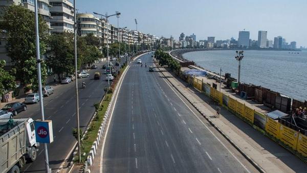 बालकनी में खड़े होकर दिखाई मुंबई की सुनसान गलियां