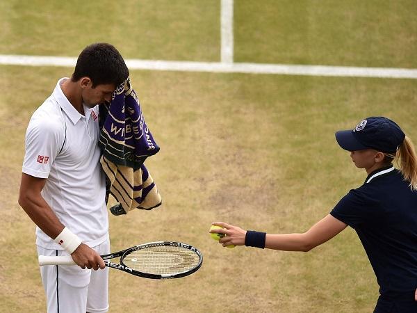 टेनिस में बॉल बॉय से तौलिया लेना