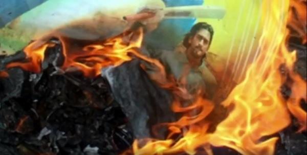 वीडियो में दिखाई अपना पोस्टर जलाने की झलक-