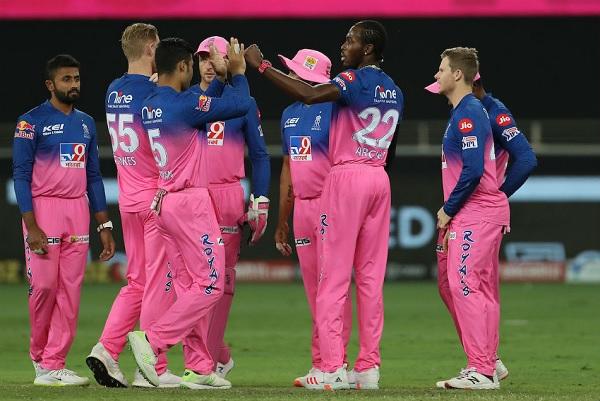 2. जोफ्रा आर्चर को बीच के ओवरों में गेंदबाजी नहीं करना