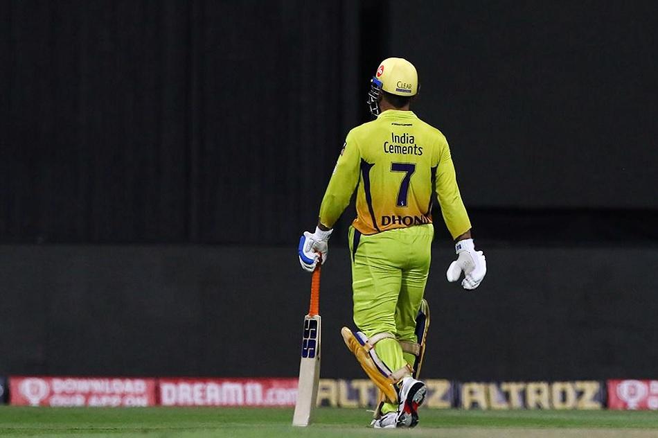 IPL से भी संन्यास ले रहे हैं धोनी? जर्सी भेट करने के बाद फैंस में फैली उत्सुकता