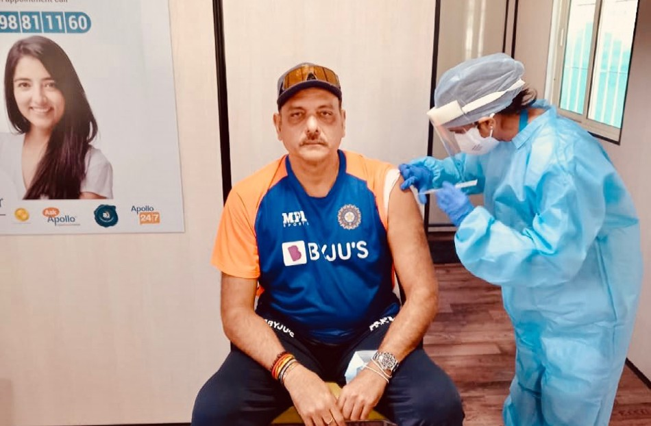 टीम इंडिया के कोच रवि शास्त्री ने भी लगवाई कोरोना वैक्सीन