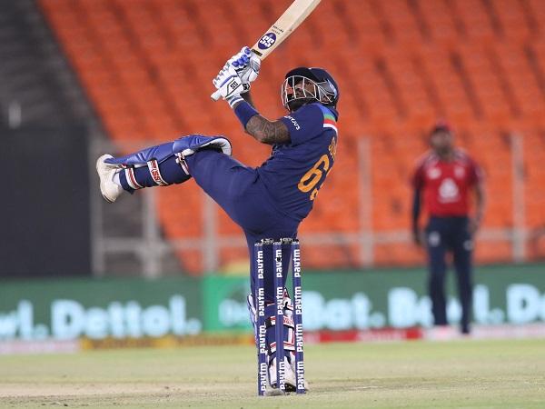 क्रिकेट करियर की शुरुआत दिलीप वेंगसरकर की अकादमी में की थी