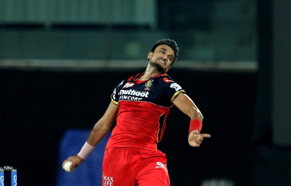 IPL 2021: दो बीमर फेंकने के बावजूद हर्षल पटेल को क्यों दी गई बॉलिंग जारी करने की छूट?