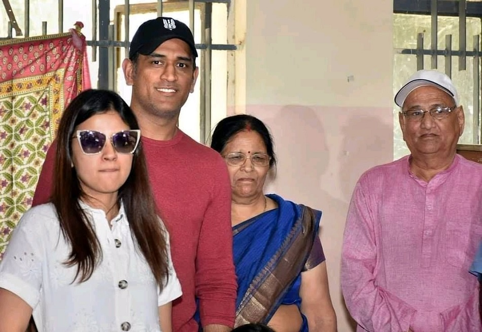 All the details about MS Dhoni Parents, sibling and other details about family