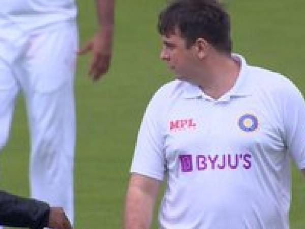 मैदान पर घुसने के बाद भारतीय खिलाड़ियों को देने लगा निर्देश
