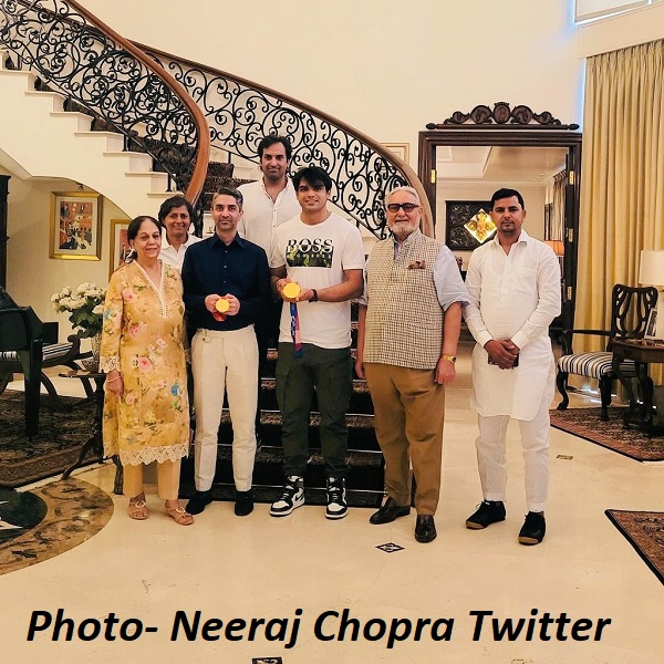 अभिनव ब्रिंद्रा के परिवार ने नीरज का स्वागत किया-