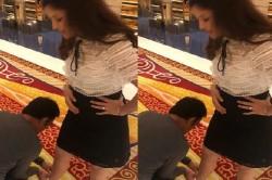 Mahendra Singh Dhoni Ties Wife Sakshi Dhoni S Shoes