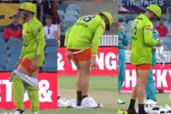 Big Bash League 2020 Usman Khawaja Video Went Viral When He Take Off His Trouser During Match