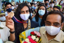 Tokyo Olympics 2020 Bronze Medalist Pv Sindhu Reaches India Receives Warm Welcome From Sports Minist