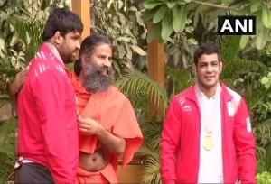 CWG में गोल्ड जीतने वाले सुशील कुमार ने की बाबा रामदेव से मुलाकात
