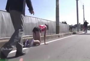 VIDEO: जज्बे को सलाम! रनिंग ट्रैक पर एथलीट का पैर हुआ फ्रैक्चर, फिर घुटने के बल चलकर किया ये काम