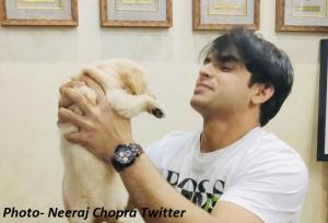 नीरज चोपड़ा ने की अभिनव बिंद्रा से मुलाकात, गिफ्ट में मिला 'टोक्यो' नाम का पिल्ला