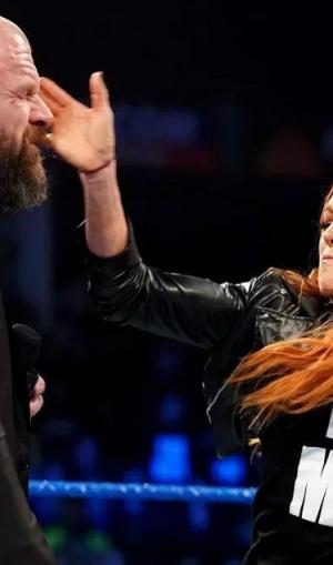 वीडियो में देखें कैसे WWE महिला रैसलर ने सबके सामने ट्रिपल एच को जड़ा थप्पड़
