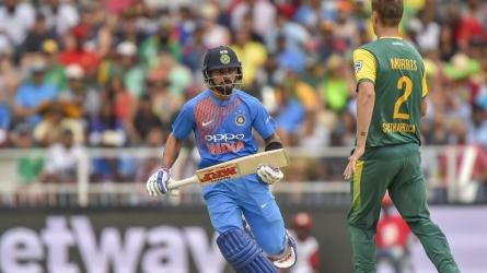 1st T20: धोनी ने बनाया वर्ल्ड रिकॉर्ड, ऐसा करने वाले इकलौते भारतीय गेंदबाज बने भुवी