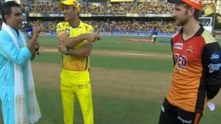 VIDEO: CSK vs SRH, फाइनल में हुआ 'टॉस ड्रामा', धोनी ने मांजरेकर को किया कन्फ्यूज