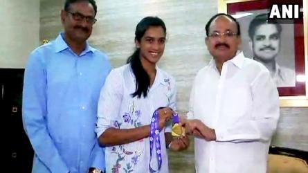पीवी सिंधु ने उपराष्ट्रपति से की सपरिवार मुलाकात, वेंकैया ने बताया इतिहास रचने वाली खिलाड़ी