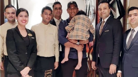 15 दिनों की सैन्य ट्रेनिंग के बाद वापस लौटे धोनी, पापा को देखते ही गले लगी जीवा