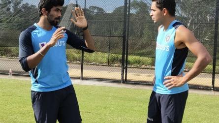 IND vs AUS: जसप्रीत बुमराह ने कार्तिक त्यागी को सिखाये गेंदबाजी के गुर, BCCI ने शेयर की तस्वीर